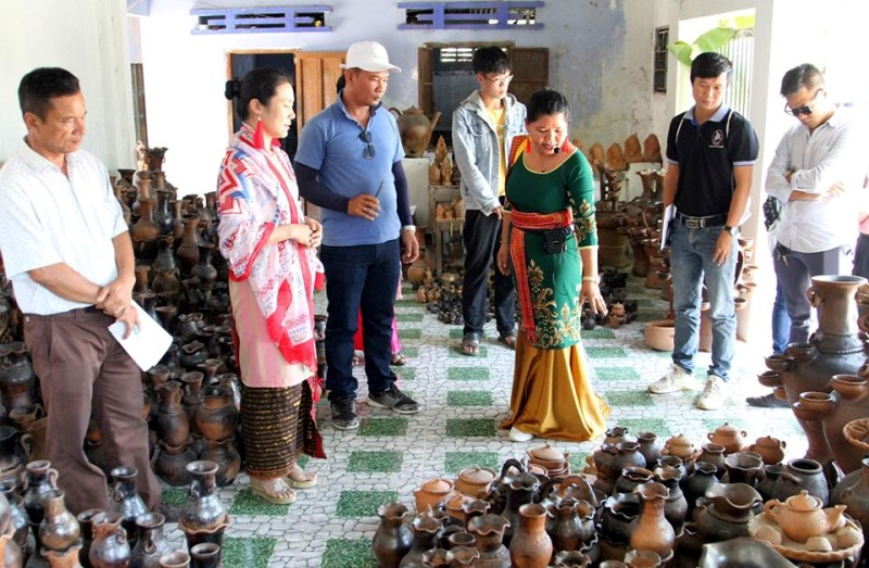 Test tours and workshops in promoting community tours of Bau Truc pottery village
