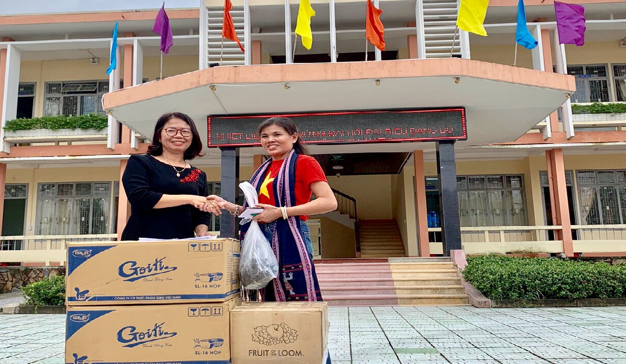 VIRI provided aids for people in Quang Dien district, Thua Thien Hue province